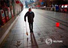 Un hombre practica la caligrafía de caracteres chinos en una acera mientras el país es golpeado por un brote de coronavirus en Jiujiang, provincia de Jiangxi, China, el 3 de febrero de 2020.