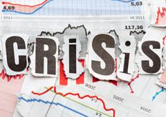 Unos gráficos y la palabra 'CRISIS' formada por recortes de letras