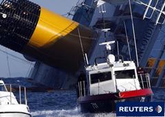 Dos barcos de rescate cerca del crucero sumergido el 17 de enero de 2012 en Giglio