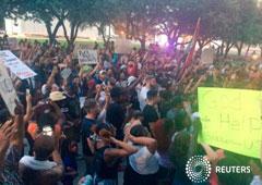Unos manifestantes protestan contra la muerte de dos ciudadanos negros en el centro de Dallas, el 7 de julio de 2016