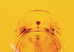 Un despertador enfondo amarillo