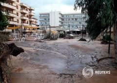 Barro y escombros en una calle de en Mallorca, el 10 de octubre de 2018 en una imagen obtenida de redes sociales