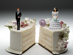 Dos trozos de tarta de boda separados