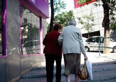 Dos mujeres mayores caminando