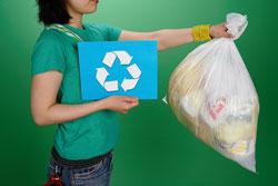 Bolsa de basura junto al símbolo de reciclar