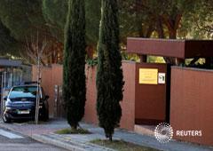 Imagen de archivo en la que se observa a un coche de policía en la puerta de la embajada de Corea del Norte en Madrid, el 28 de febrero de 2019