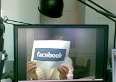 El logo de Facebook se muestra en la sede central de la compañía en Palo Alto, EEUU.
