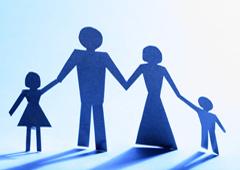 Siluetas de unos padres y unos hijos