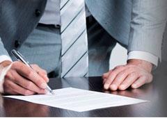 Una persona firmando la extinción del contrato.