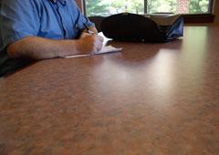 Firmando unos documentos