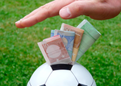 Billetes de euro metidos en un balón