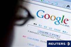 Persona mirando a su pantalla del ordenador en la página de Google