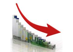 Un gráfico descendente hecho con billetes de euro