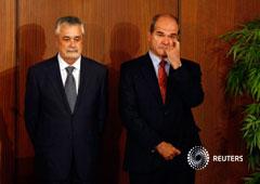 Los ex presidentes de la Junta de Andalucía, José Antonio Grinan (izq.) y Manuel Chaves, en la capital andaluza, Sevilla, el 23 de abril de 2009. Foto tomada el 23 de abril de 2009