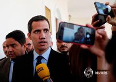 El líder opositor venezolano y autoproclamado presidente interino Juan Guaidó habla a los medios antes de una sesión de la Asamblea Nacional de Venezuela en Caracas, el 29 de enero de 2019
