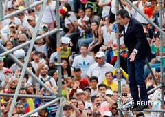 El líder opositor venezolano Juan Guaidó saluda a partidarios en un acto en Caracas. 4 de marzo de 2019