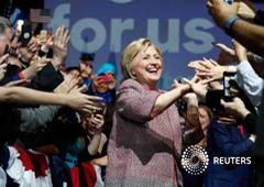La precandidata demócrata Hillary Clinton saluda a la gente en Manhattan, EEUU, el 19 de abril de 2016