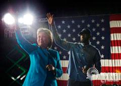 La candidata demócrata a la presidencia de Estados Unidos, Hillary Clinton, junto al jugador de baloncesto de los Cleveland Cavaliers LeBron James, en un acto de campaña en Cleveland, Estados Unidos. 6 de noviembre de 2016