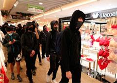 Manifestantes de Hong Kong asisten a una manifestación durante día de Navidad en el centro comercial Sha Tin en Hong Kong, China, el 25 de diciembre de 2019.
