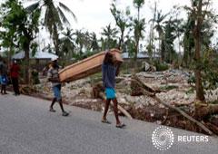 Hombres transportan un ataúd tras el huracán Matthew en Cavaillon, Haití, el 6 de octubre de 2016