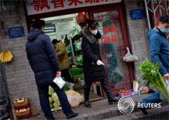 Los residentes compran alimentos en una verdulería en un hutong, mientras el país es golpeado por un brote del nuevo coronavirus, en Pekín, China, el 18 de febrero de 2020.
