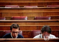 El secretario general de Podemos (D), Pablo Iglesias, y su número dos, Ínigo Errejón, en el Congreso de los Diputados en Madrid, el 27 de octubre de 2016