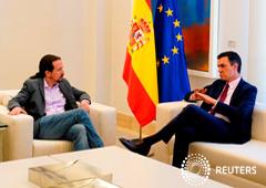 El presidente del Gobierno en funciones, Pedro Sánchez, habla con el líder de Unidas Podemos, Pablo Iglesias, durante su reunión en el Palacio de la Moncloa en Madrid, España, el 7 de mayo de 2019