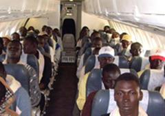 Un avión con inmigrantes