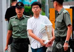 El ex líder estudiantil Joshua Wong sale de prisión, donde estaba encarcelado por su papel en el movimiento Occupy Central en 2014. Foto tomada en Hong Kong, China, el 17 de junio de 2019