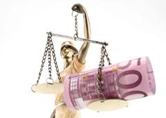 Imagen de la justicia con billetes de euro
