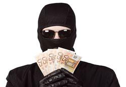 Ladrón con dinero en la mano