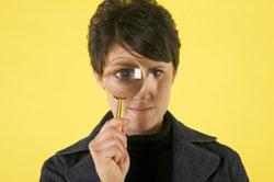 Una mujer mirando a través de una lupa.