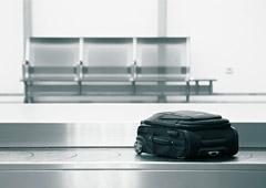 Maleta en la cinta de equipaje