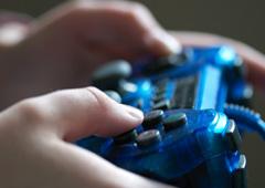 Una persona con un mando de videojuego