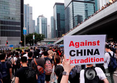 Un manifestante sostiene una pancarta que dice