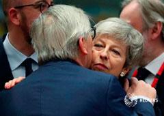 El presidente de la Comisión Europea, Jean-Claude Juncker, abraza a la primera ministra británica, Theresa May, en una cumbre de líderes de la Unión Europea en Bruselas. 21 de marzo 2019