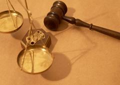 Un mazo y una balanza sobre una mesa