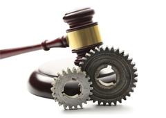Mazo de la justicia y rueda de engranaje