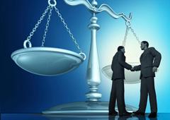 Dos personas dándose la mano con una balanza al fondo