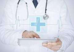 Imagen de un sanitario con un documento