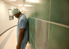Un médico abatido tras una operación