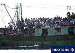 Una embarcación plagada de inmigrantes que huyen de la revueltas de Túnez hacia la isla italiana de Lampedusa, el 8 de abril de 2011.