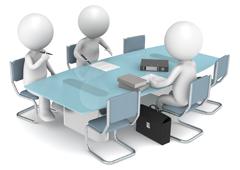 Tres muñequitos en una mesa de trabajo