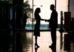 Abogado y cliente dándose la mano
