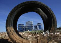 Un neumático en una zona en construcción en Sevilla