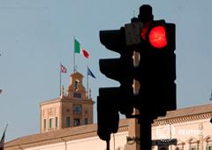 Un semáforo fuera del Palacio del Quirinale donde se realiza la segunda ronda de conversaciones para formar un nuevo gobierno, en Roma. 27 de agosto 2019.