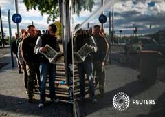 Un grupo de personas esperan en la fila del paro en Madrid el 4 de noviembre de 2014