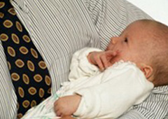 bebé en brazos de un hombre