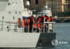 Un patrullero de las Fuerzas Armadas de Malta que lleva a 87 migrantes rescatados llega al puerto Marsamxett de La Valeta, Malta, 6 de marzo de 2019