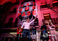El presidente socialista y líder del PSOE, Pedro Sánchez, celebrando ante simpatizantes en Madrid la victoria de su partido en las elecciones españolas, el 29 de abril de 2019